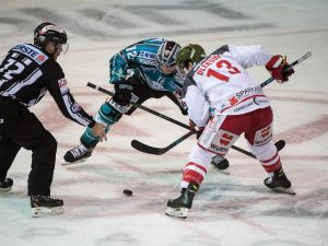 Ryan Michael Potulny (EHC Liwest Black Wings Linz) und Travis Oleksuk (HCB Suedtirol Alperia)  EHC Liwest Black Wings Linz vs HCB Suedtirol Alperia 3. Viertelfinale