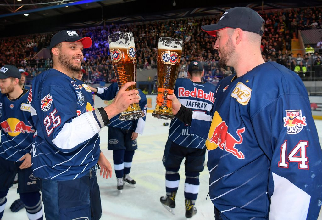 Derek Joslin und Steve Pinizzotto von EHC Red Bull München feiern den DEL-Finalsieg nach dem Spiel zwischen EHC Red Bull München und den Grizzlys Wolfsburg am 17.04.2017 in München, Deutschland. (Foto von City-Press GbR)