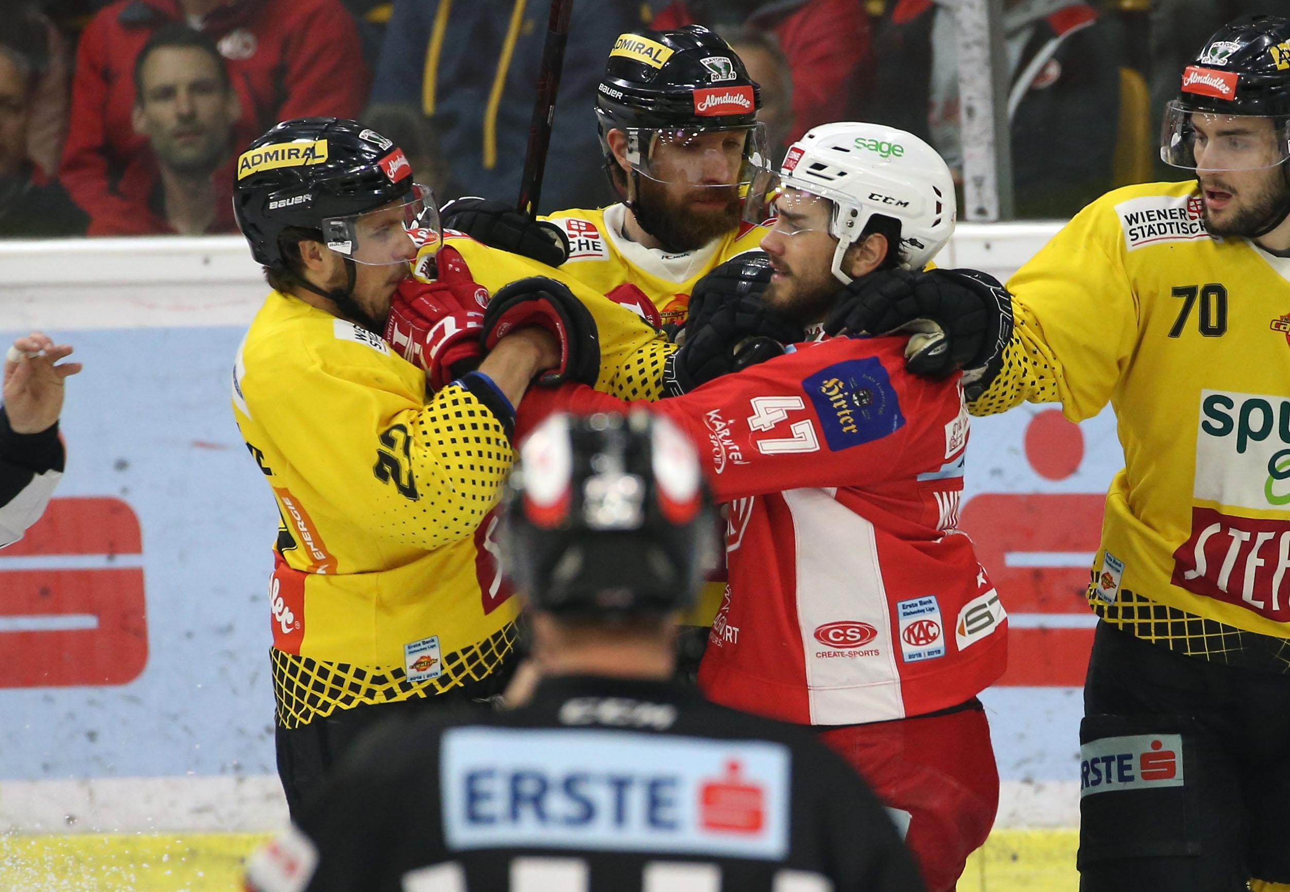 EBEL. Eishockey Bundesliga. KAC gegen spusu Vienna Capitals. Marcel Witting, (KAC), Julian Grosslercher (Vienna Capitals). Klagenfurt, am 24.4.2019. Foto: Kuess